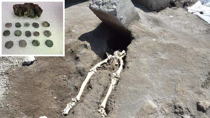 """Pod szkieletem mężczyzny w Pompejach znaleziono woreczek z monetami. """"Ani biedny, ani bogaty"""""""