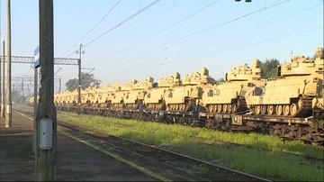 Transport kolejowy amerykańskich pojazdów wojskowych zahaczył o wiatę dworca