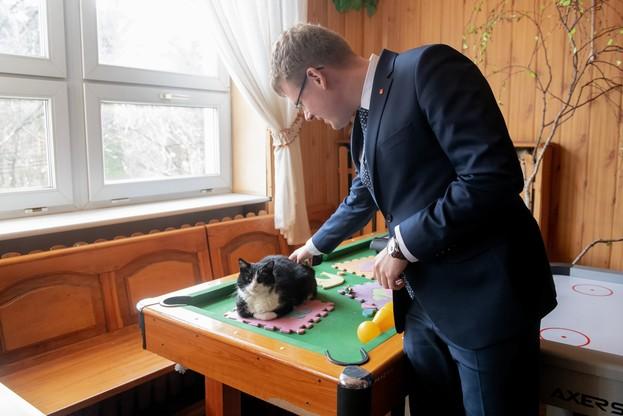 Wiceprezydent Łodzi Adam Wieczorek i kot - ostatni mieszkaniec budynku, ale też z zapewnioną nową rodziną