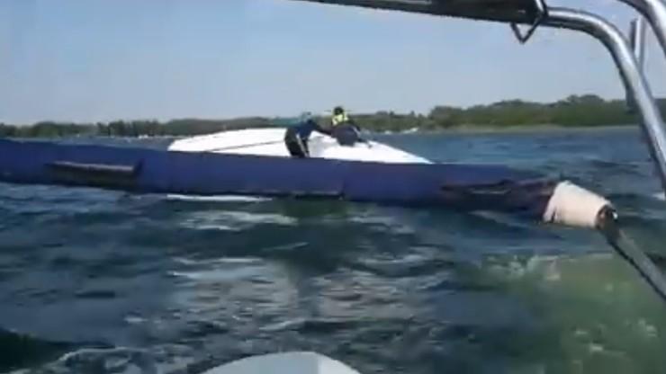 Wywrócona żaglówka na środku jeziora. Policjanci ruszyli na pomoc