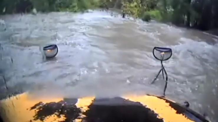 Szkolny autobus pod wodą. Kierowca zignorował barierki i ostrzeżenia
