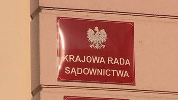 Nieznany sprawca obrzucił budynek KRS cegłami