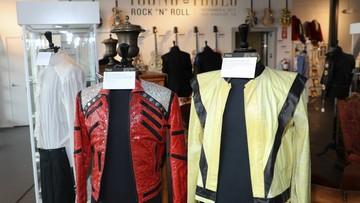 Biała rękawiczka Jacksona i fiolka leków Presleya na aukcji