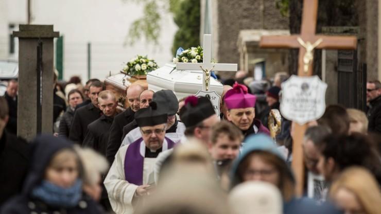 Pogrzeb trzech ofiar zawalenia kamienicy w Świebodzicach