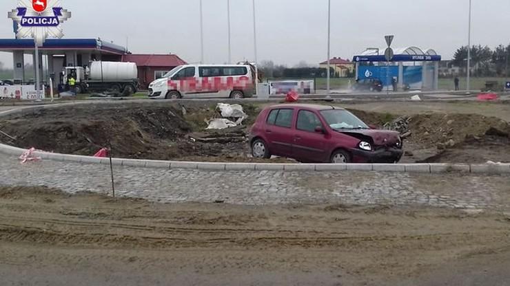 Przez rondo na wprost. Mężczyzna zapomniał o remoncie drogi, auto utknęło w wykopie budowlanym