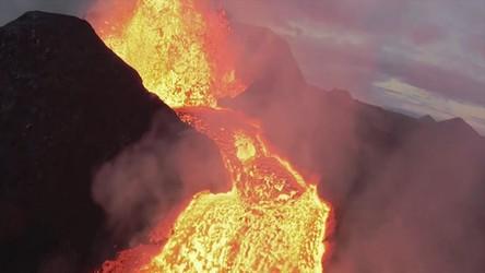 Zobacz, jak YouTuber wleciał dronem do wnętrza wulkanu na Islandii [WIDEO]