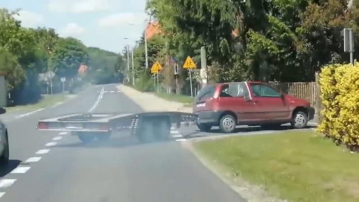 Fiatem z lawetą uciekał przed policją. Pościg na drogach i łące