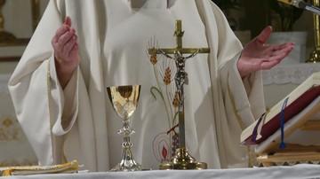 Kłótnia księży przed kościołem. Policja pouczyła, a arcybiskup polecił rekolekcje