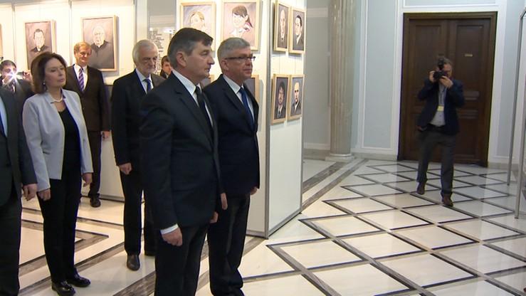 Kwiaty w parlamencie. Marszałkowie Sejmu i Senatu uczcili pamięć ofiar katastrofy smoleńskiej