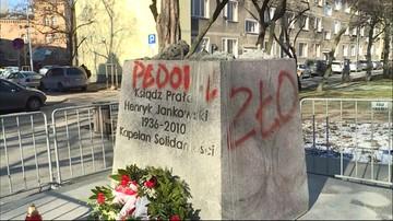 """W nocy pomazano cokół pomnika ks. Jankowskiego. """"Pedofil"""", """"zło"""""""