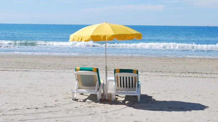 Limit osób na plaży, kontrole i drony. Lato nad morzem we Włoszech