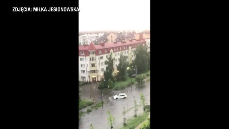 Burza nad Warszawą. Zalane ulice, utrudnienia w komunikacji miejskiej
