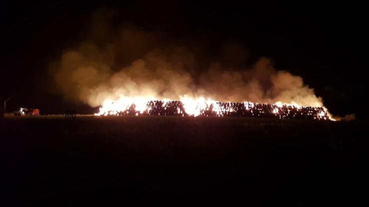 Kilkanaście jednostek straży pożarnej uczestniczy w gaszeniu pożaru słomy w Lisięcicach