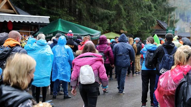Tysiące turystów pod Tatrami. Policja przerwała zabawę na Krupówkach