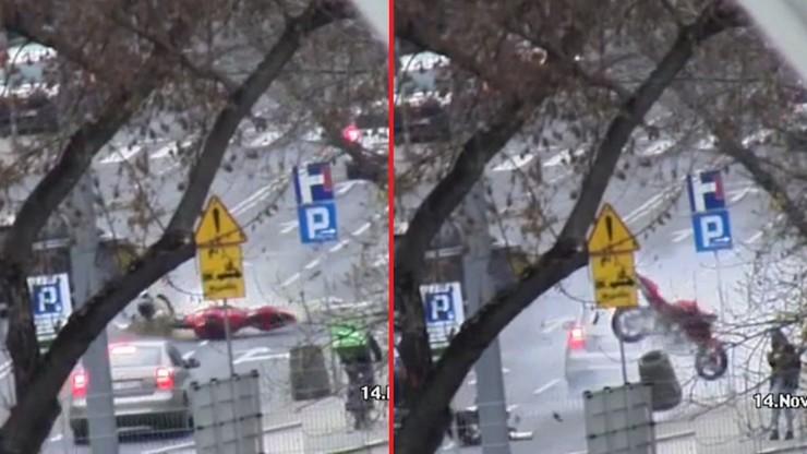 Po zderzeniu z audi motocykl sunął wprost na pieszych. Uratował ich śmietnik