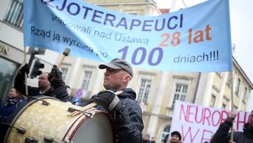 """""""Fizjoterapeuci pracowali nad ustawą 28 lat; rząd ją wyrzuca po 100 dniach"""" - rehabilitanci protestowali przed Sejmem"""