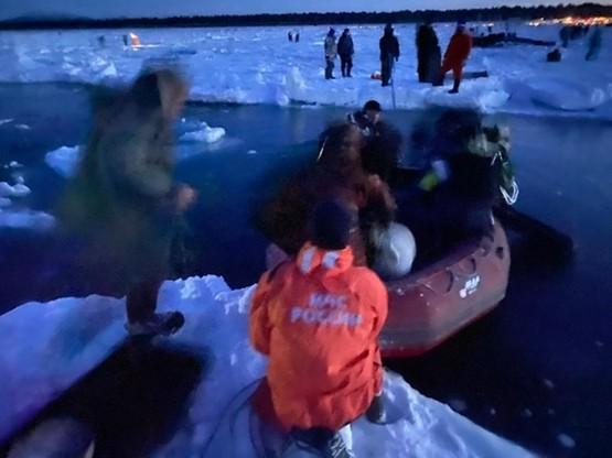 Cześć rybaków próbowała ratować się płynąc na małych fragmentach kry