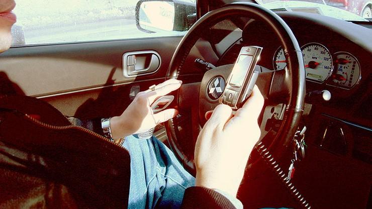 Utrata prawa jazdy za rozmowy przez telefon za kierownicą. Na razie we Włoszech