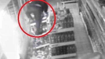 Ucieczkę ze sklepu przypłacił bolesnymi upadkami. Pechowy złodziej w oku kamery