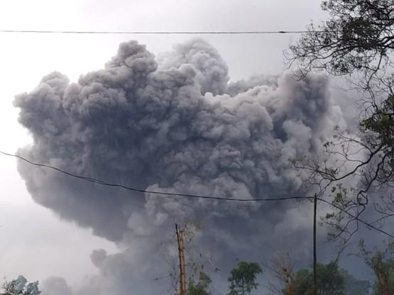 Indonezja: wybuch wulkanu Semeru. Władze ostrzegają przed błotem i deszczem
