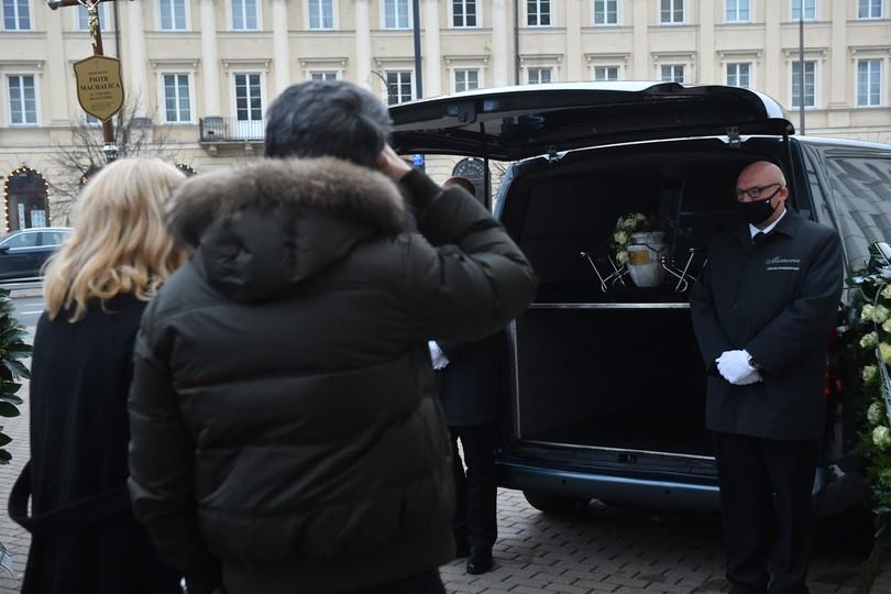 Rodzina zmarłego przed Kościołem Środowisk Twórczych na pl. Teatralnym w Warszawie po mszy pożegnalnej Piotra Machalicy