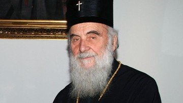 Całowali ciało zmarłego na Covid-19 biskupa. Nie żyje przywódca serbskiego Kościoła