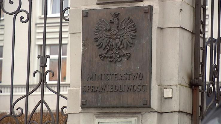 """PO: Ministerstwo Sprawiedliwości nie wdrożyło dyrektywy o prawie do obrońcy. """"Naraża Polskę na kary"""""""