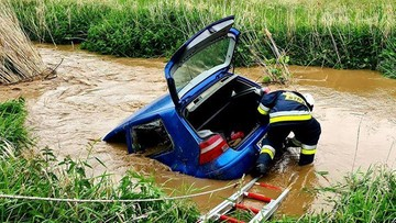 Wypadek na Śląsku. Auto przeleciało 50 metrów i wpadło do rzeki