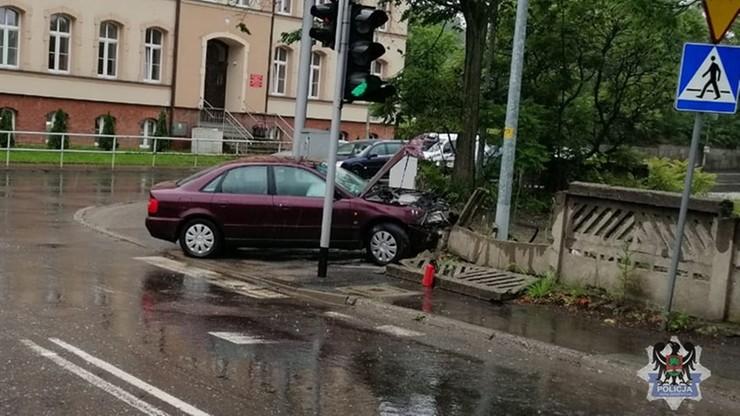 13-latek zabrał samochód sąsiadce. Uderzył w płot