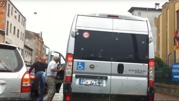 Wysiadł z auta i poturbował kierowcę busa przewożącego niepełnosprawnych. Bo blokował przejazd