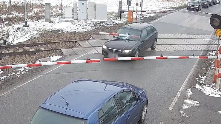 Uciekał przed policją, staranował rogatki. Do przejazdu zbliżał się pociąg