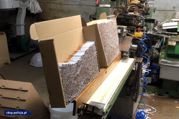 10 mln sztuk papierosów, 7 ton krajanki. Zlikwidowano trzy fabryki nielegalnych papierosów