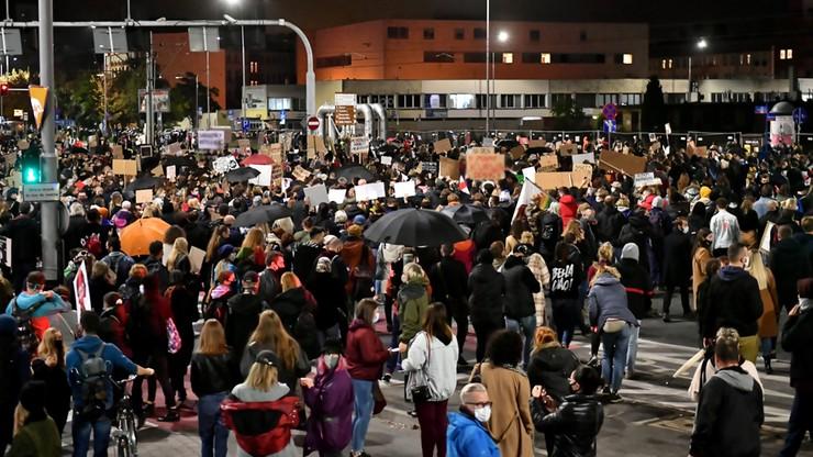 Nowe nagranie z protestu we Wrocławiu. Kobieta kopnięta w brzuch [WIDEO]