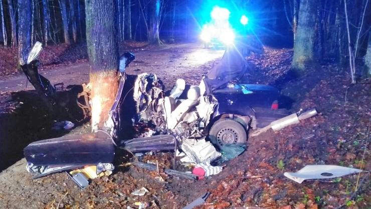 Samochód owinął się wokół drzewa. Nie żyje 22-letni kierowca bmw