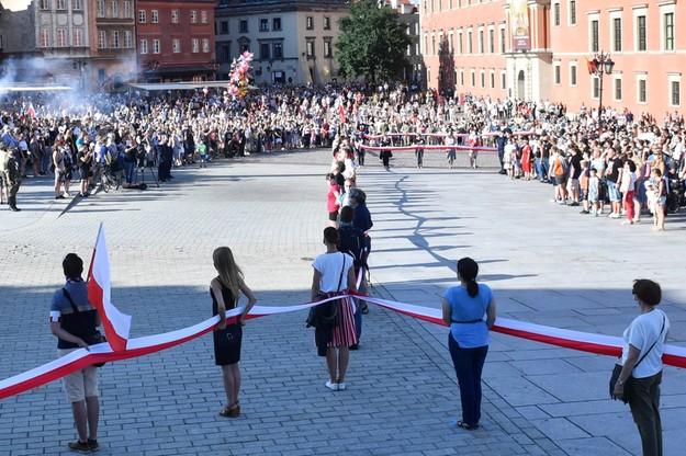 Mieszkańcy stolicy podczas 7. edycji Żywego Znaku dla Powstania Warszawskiego wspólnie stworzyli w Warszawie znak kotwicy