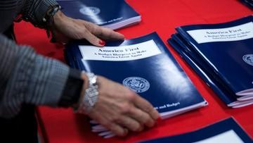 Wzrost wydatków na obronność i mur z Meksykiem. Trump przedstawił projekt budżetu na 2018 rok