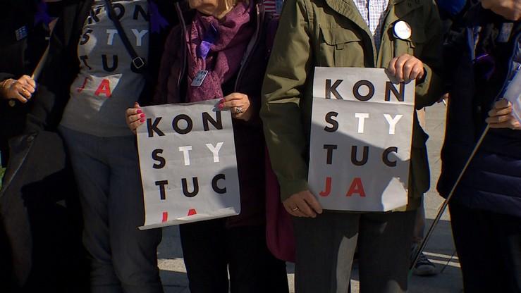 """""""Ubierała"""" pomniki w koszulki z napisem """"Konstytucja"""". Nie zostanie ukarana"""