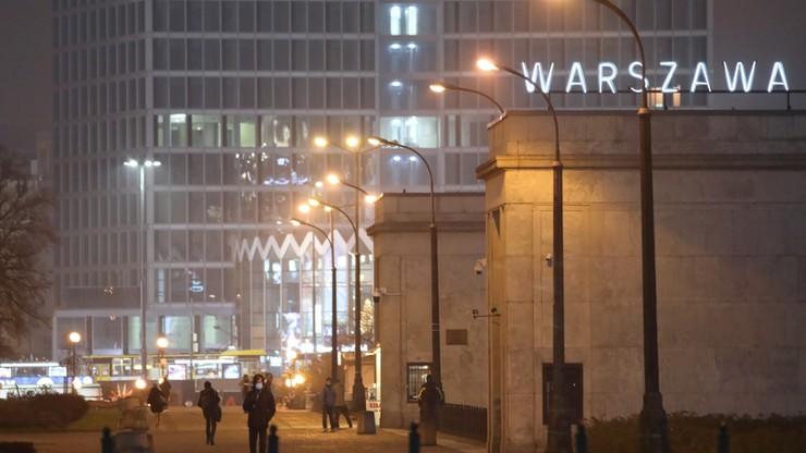Wieczór sylwestrowy inny niż zwykle. Puste ulice i dużo patroli policji