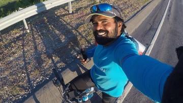 """Hinduski nauczyciel jedzie na mundial rowerem. """"Marzę, by Messi złożył na nim autograf"""""""
