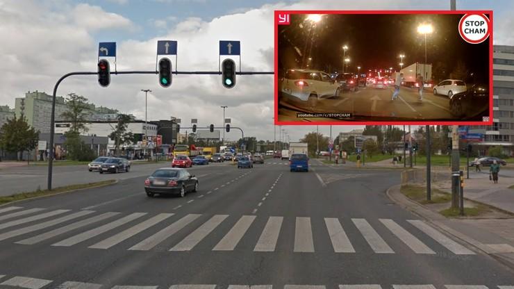 Bójka na środku ulicy w Łodzi. Kierowca kontra pasażer [WIDEO]