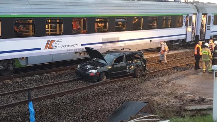 Opel zawisł na torach, kierowca wyskoczył w ostatniej chwili