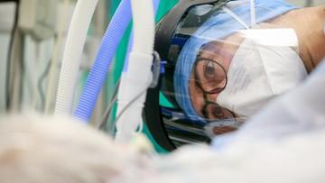 Śmierć odesłanego ze szpitala mężczyzny, rekord zakażeń w Szwecji. Raport Dnia