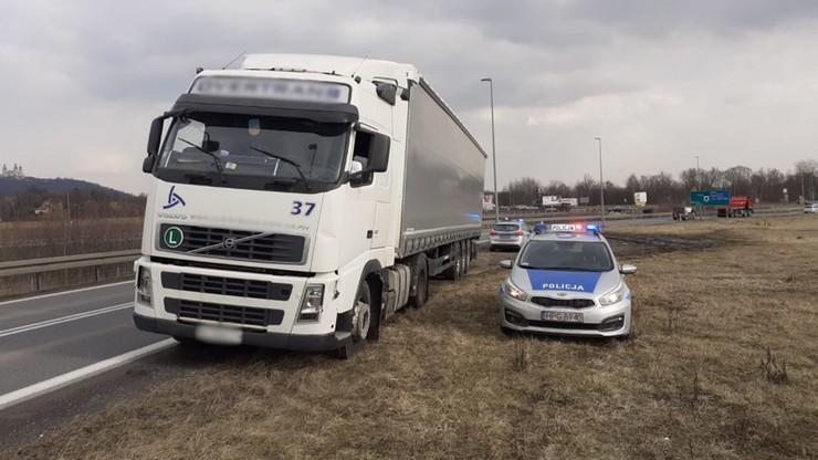 Małopolskie. Ciężarówka jechała wężykiem po A4. Kierowca pił alkohol podczas jazdy
