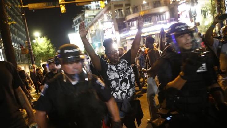 Nie ustają zamieszki w Charlotte. 4 policjantów rannych