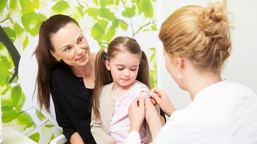 CBOS: 73. proc Polaków uważa, że szczepionki są bezpieczne dla dzieci