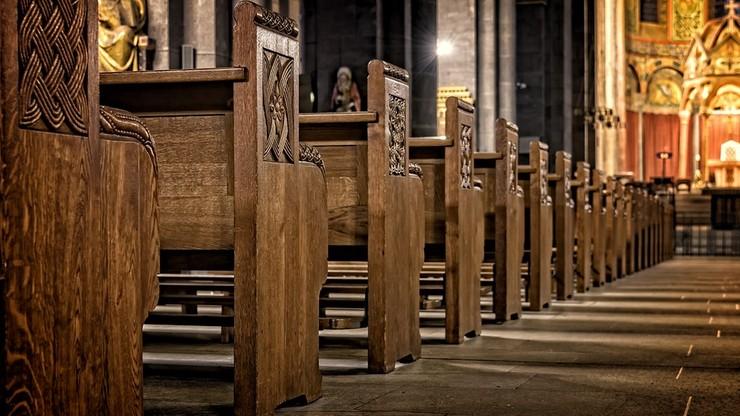 """Proboszcz """"mobilizuje"""" wiernych do sprzątania kościoła i grozi m.in. odkładaniem ślubów"""