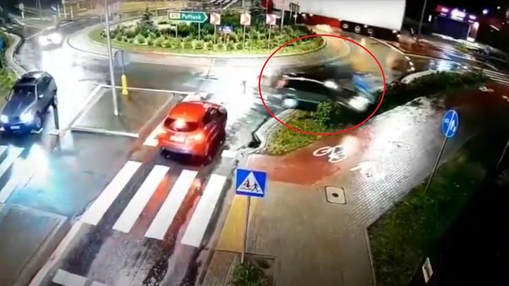 Kierowca nie trafił w żaden zjazd na rondzie. Miał 3 promile alkoholu we krwi