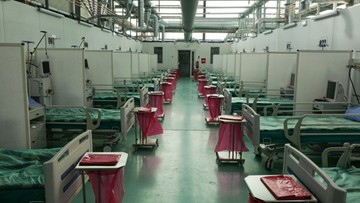 Tymczasowy szpital na Okęciu przyjął pierwszych pacjentów