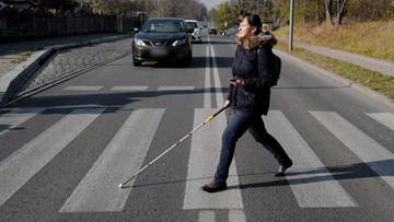 Smartfon pomoże niewidomym przejść przez jezdnię. Chorzów testuje nowe rozwiązanie