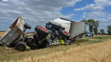 Ciężarówka wjechała w traktor. Oba pojazdy wpadły do rowu